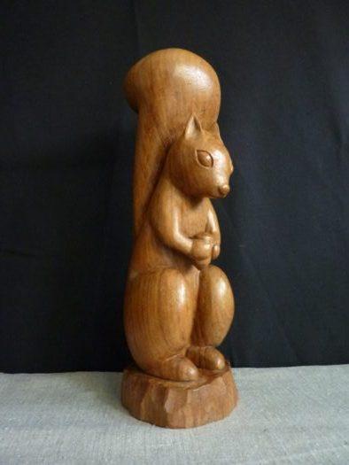 (023) Ecureuil roux, prunier, 31 cm